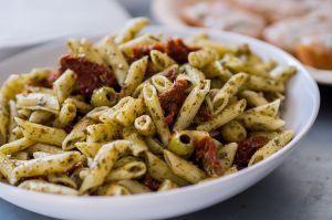 Recette Salade de pâtes aux tomates séchées, aubergine et parmesan, saveurs basilic et ail rose