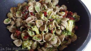"""Recette Orecchiette di grano arso"""" (une farine antique des Pouilles), brocolis, câpres et tomates séchées"""