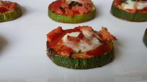 Recette Mini pizza light sur des rondelles de courgettes / garniture au choix: jambon, champignons, chorizo, anchois