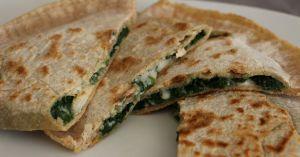 Recette Street food turque: les gözleme. Version vegan, garnis d'épinards aux pignons de pin et de fromage fondant et crémeux