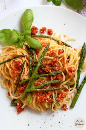 """Recette """"Spaghetti"""" aux asperges vertes et pesto rouge aux amandes"""