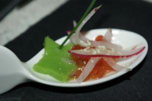 Recette Cuillère d'oeufs de saumon et radis rose sur gelée de petits pois