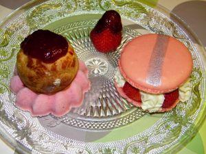Recette Duo a la fraise: macaron géant a la fraise, sorbet fraise et chou au chocolat blanc