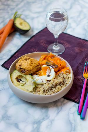 Recette Buddha Bowl avocat, carottes au cumin, œuf coulant, houmous de lentilles corail