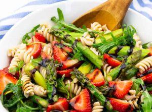 Recette Salade de pâtes aux fraises et asperges