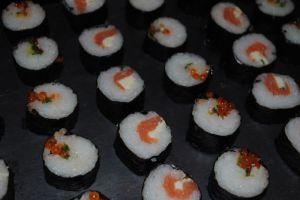 Recette Apéro japonisant : makis oeufs de saumon & oignons jeunes et vermicelle frites au piment d'espelette