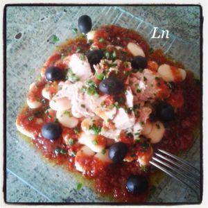 Recette Salade Ibérique : haricots blancs thon olives noires et vinaigrette tomatée