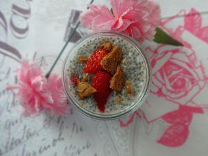 Recette Chia Pudding Noix de coco, fraise et spéculoos [Végétalien]