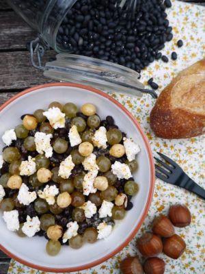 Recette Celle qui faisait…une salade de haricots noirs aux raisins, au fromage de chèvre et aux noisettes