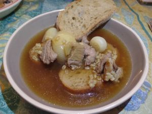 Recette Mouton Mitonné, dans une soupe de bière et d'oignons