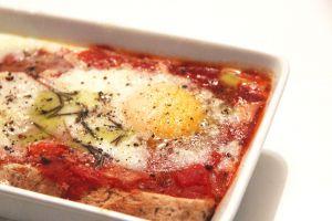 Recette Oeufs au four à la sauce tomate épicée
