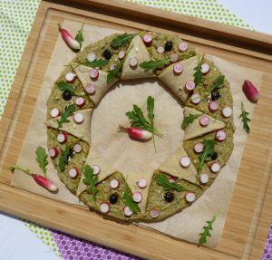 Recette Pizza printanière : crème à l'aillet et aux algues, radis roses et roquette