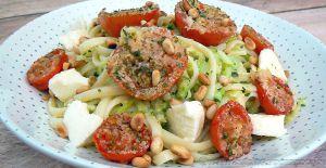 Recette Salade de linguine, courgettes râpées et tomates cerise rôties