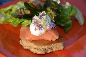 Recette Saumon au naturel sur blinis au sarrasin parfumé au sureau