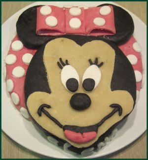Recette Gâteau d'anniversaire minnie au chocolat recouvert de pâte à sucre