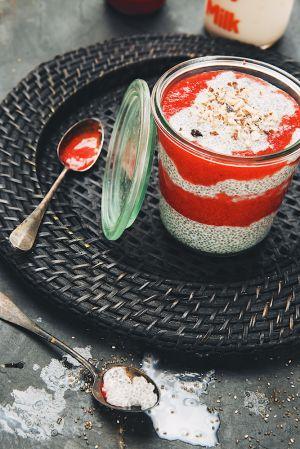 Recette ? Super-porridge de chia au lait d'amande & coulis de fraise