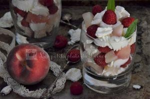 Recette Coupe pêches, framboises et crème fouettée vanillée et verveine citronnelle