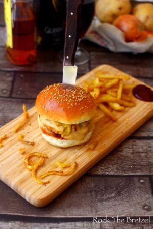 Recette Burger maison, sauce à la Guinness et au cheddar, ketchup au whisky et oignons frits