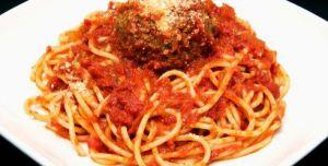 Recette Pâtes à la sauce tomate et aux boulettes