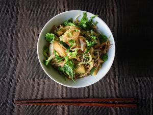 Recette Wok express – Vermicelles de riz sautés au chou chinois et aux courgettes