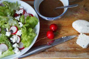 Recette Salade aux radis roses et vinaigrette aux fanes de radis