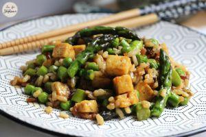 Recette Wok d'asperges et de petits pois, dés de tofu et riz complet - recette vegan