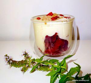 Recette Verrine à la mousse amlou/miel + prune - baies de goji - et poudre d'acaï