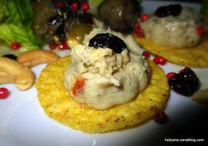 Recette Chips rondes à la crème d'artichaut/thon / cranberry accompagnés de salade, d'oignons et de coeurs d'artichauts braisés
