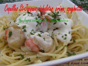 Recette Coquilles St-Jacques Echalotes, crème, poivres et baies sur Spaghettis. Gourmand, facile et tout le monde adore :-)