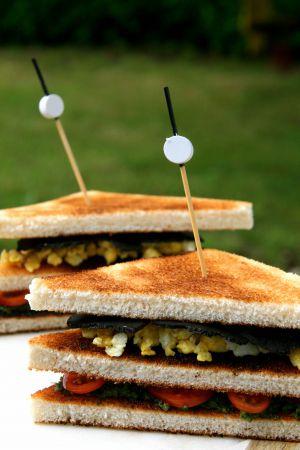 Recette Club-sandwich brouillade d'œufs aux truffes, pesto de fanes de carottes et tomates-cerises