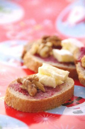 Recette Toasts à la confiture de framboises, camembert et noix