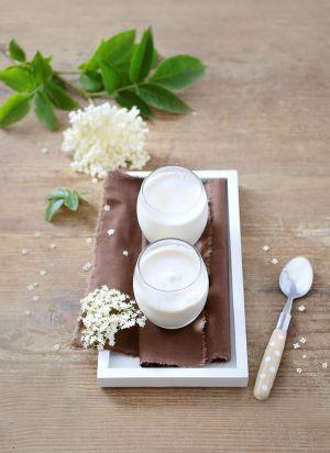 Recette Yaourts aux fleurs de sureau et à l'amande blanche - Homemade yogurts with elderflowers and almond butter