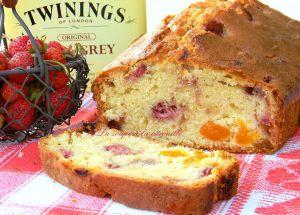 Recette Cake aux fraises des bois, abricots à l'earl grey et baies roses