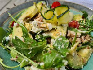 Recette Salade roquette, avocat, chèvre et vinaigrette huile de coco et poivre du timut