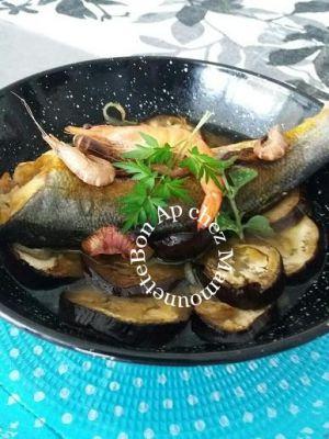 Recette Bar au curcuma aux crevettes sur lit d'aubergine et oignon rosé et bonne fête des mères
