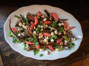 Recette Longues – Salade d'aubergines à la féta, aux noisettes et aux pickles de radis