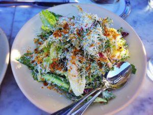Recette Salade de poulet aux pissenlits, radis, oignons rouge et verts, oeufs, coriandre fraîche