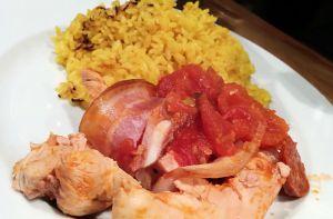 Recette Tour en cuisine : poulet au chorizo, bacon, riz au curcuma