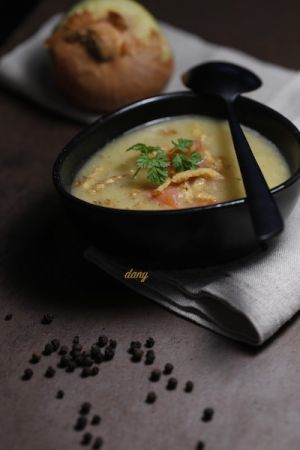 Recette Velouté de queues d'asperges vertes au saumon fumé, oignons frits et poivre de sarawak