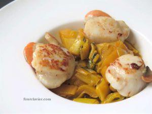 Recette St Jacques aux poireaux, jus de carottes et gingembre