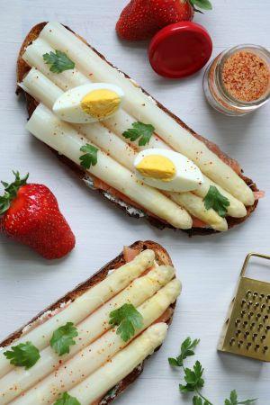 Recette Tartine complète : crème aux herbes, saumon fumé et asperges blanches