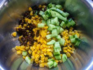 Recette Salade « américaine » – Haricots noirs, concombre et féta