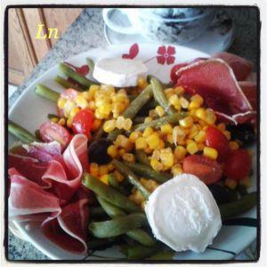 Recette Haricots verts en salade avec jambon cru , maïs, tomates cerise , olives noires et buche de chèvre