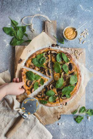 Recette Pizza d'automne végane à la courge butternut, champignons, pignons et épinards