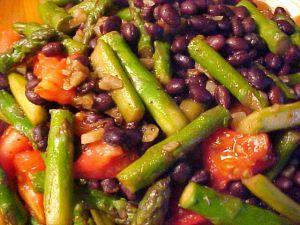 Recette Salade tiède aux asperges, aux tomates et aux haricots noirs