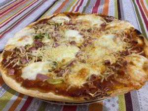 Recette Pizza aux poireaux, tomates, dés de jambon et mozzarella