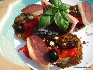 Recette Tartines grillées, garnies de filets d'aubergine et de poivrons grillés à l'huile d'olive avec du magret de canard