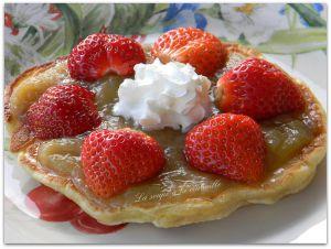 Recette Tartelette  fraises et  rhubarbe sur un pancake à la banane