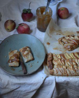 Recette Tarte rustique aux pommes, sauce au caramel et pâte à la farine de châtaigne