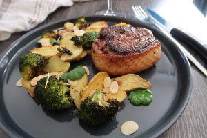 Recette Tournedos de magret de canard au satay, brocolis & pommes grenailles rôties